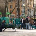 Jongeren op plein in Parijs